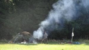 Feuerhüterin beim Schwitzhüttenritual