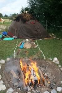 Schwitzhütte: Feuerstelle, Mondhügel, Inipi